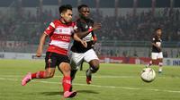 Duel gelandang Madura United, Andik Vermansah dengan pemain Persipura, Ibrahim Conteh, di Stadion Gelora Bangkalan, Bangkalan (3/11/2019). (Bola.com/Aditya Wany)
