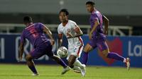 Gelandang Borneo FC, Hendro Siswanto (tengah) berusaha melewati gelandang Persik Kediri, Doe Sackie Teah (kiri) dalam laga pekan kedua BRI Liga 1 2021/2022 di Stadion Pakansari, Bogor, Jumat (10/9/2021). Borneo FC Kalah 0-1. (Foto: Bola.com/Ikhwan Yanuar)