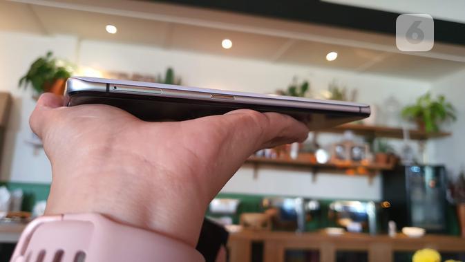 Tampak sisi kanan Realme X2 Pro. (Liputan6.com/ Agustin Setyo W)