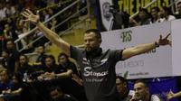 Pelatih Stapac Jakarta, Giedrius Zibenas, memberikan arahan kepada anak asuhnya saat melawan Satria Muda Jakarta pada laga final IBL 2019  di C-Tra Arena, Bandung, Sabtu (23/3). Stapac menang 74-56 atas Satria Muda. (Bola.com/M Iqbal Ichsan)
