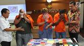 Kasubdit II Dirtippidsiber Bareskrim PolriKombes Pol Rickynaldo Chairul (kanan) menunjukan tersangka kasus penipuan melalui email di Bareskrim Polri, Jakarta, Jumat (16/11). Polisi membekuk tiga tersangka dalam kasus ini. (Liputan6.com/Angga Yuniar)