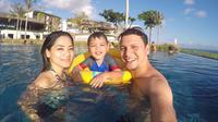Titi Kamal dan Christian Sugiono bersama putranya saat liburan di Bali. (instagram.com/titi_kamall)