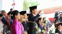 Presiden Jokowi memberi hormat kepada bendera Merah Putih saat Upacara Peringatan Detik-detik Proklamasi 17 Agustus di halaman Istana Merdeka, Jakarta, Senin (17/8/2015). (Liputan6.com/Faizal Fanani)