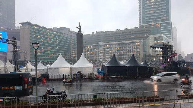 Bundaran Hi Diguyur Hujan Pengunjung Malam Tahun Baru
