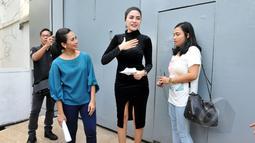 Nikita Mirzani disambut presenter Fenny Rose untuk syuting sebuah acara seusai bebas dari Rutan Pondok Bambu, Jakarta, Senin (30/3/2015). (Liputan6.com/Panji Diksana)