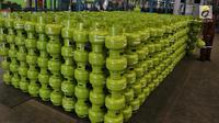 Pekerja mereproduksi tabung gas elpiji 3 kg di Depot LPG Tanjung Priok, Jakarta, Selasa (29/1). Pemerintah dan Badan Anggaran DPR menyepakati kenaikan anggaran subsidi energi Rp 4,1 triliun di tahun 2019 menjadi Rp 160 triliun. (Liputan6.com/Johan Tallo)