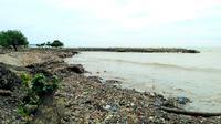 Pantai padang bak lautan sampah busai hujan deras melanda kawasan Sumatera Barat. (Liputan6.com/ Novia Harlina)