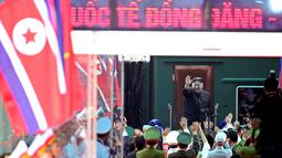 Pemimpin Korea Utara Kim Jong Un melambaikan tangan di stasiun kereta Dong Dang di Dong Dang, Vietnam, Sabtu, (2 /3). Kim meninggalkan Hanoi pada Sabtu pagi 2 Maret 2019 setelah sebelumnya mengunjungi situs Ho Chi Minh Mausoleom. (AP Photo/Minh Hoang)