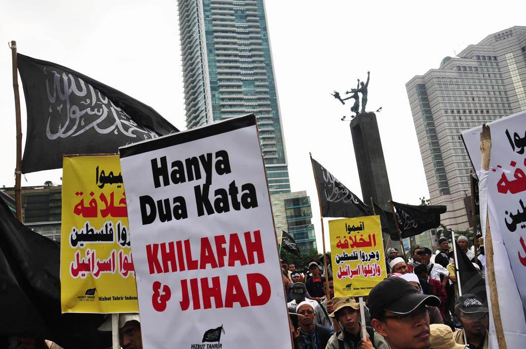 Pengujuk rasa membawa beberapa spanduk saat mengikuti aksi demo di Bundaran HI. (20/7/14) (Liputan6.com.Faizal Fanani)