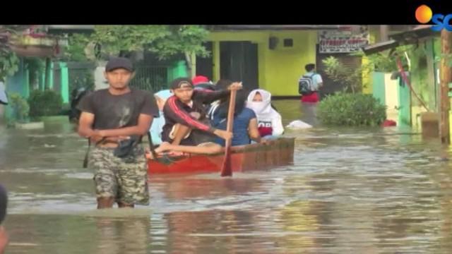 Banjir juga menggenangi sejumlah akses jalan utama sehingga lalu lintas dari arah Kota Bandung menuju Baleendah maupun sebaliknya terganggu.