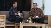 Presiden Joko Widodo (Jokowi) dengan Presiden keenam RI Susilo Bambang Yudhoyono (SBY) berbincang santai dan minum teh bareng di beranda Istana Merdeka, Jakarta, Kamis (9/3). Pertemuan ini atas permintaan yang diajukan SBY. (Liputan6.com/Angga Yuniar)