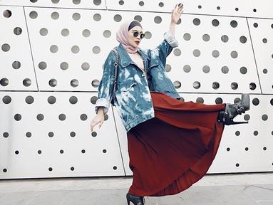 Penyanyi Indah Dewi Pertiwi salah satu publik figur yang sudah dikenal luas. Kini dirinya mantap berhijrah dan tampil dengan hijab yang kekinian. (Liputan6.com/IG/@idp91)