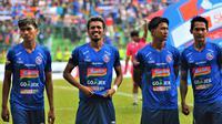 Pemain Arema, dari kiri ke kanan: Jayus Hariono, Alfin Tuasalamony, Ahmad Alfarizi dan Hendro Siswanto. (Bola.com/Iwan Setiawan)
