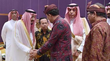 Raja Salman berjabat tangan dengan tokoh lintas agama Indonesia, Jakarta, Jumat (3/3). Raja Salman ditemani Jokowi akan berdialog dengan tokoh lintas agama di Indonesia). (Biro Pers Setpres/Laily Rachev)