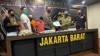 Kapolres Metro Jakarta Barat, Kombes Ady Wibowo dan Staf Khusus Menteri KLHK, Irjen Jhonny Siahaan saat konferensi pers begal sepeda. (dok Polres Jakbar)