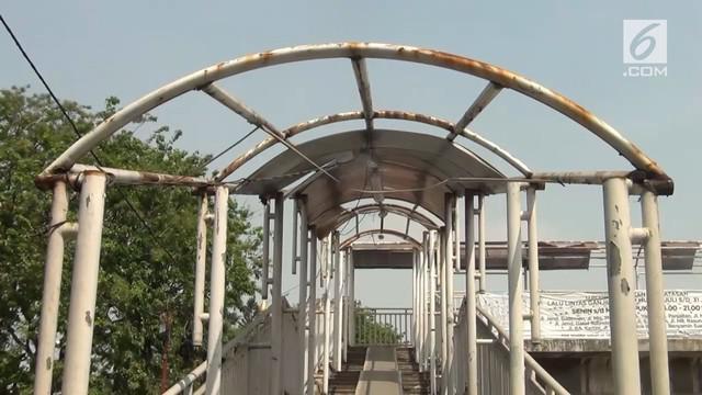 Jembatan Penyeberangan Orang (JPO) di kawasan Tanjung Priok rusak. Ironisnya, kondisi ini sudah lama terabaikan.