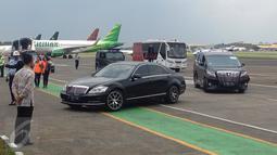 Sejumlah mobil terlihat standby menjelang kedatangan Raja salma di Bandara Halim Perdanakusuma, Jakarta, Rabu (1/3). (Liputan6.com/Fery Pradolo)
