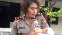 Kapolsek Jebres Kompol Juliana BR Bangun mengendong bayi yang ditemukan di depan warung makan Jl. Ir.Juanda, Kampung Sewu, Kelurahan, Sewu, Jebres, Selasa (27/2/2018). (Muhammad Ismail/JIBI/Solopos)