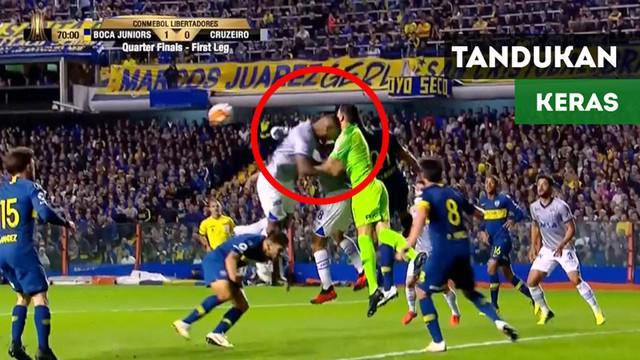 Berita video momen tandukan keras bek klub Brasil, Cruzeiro, Dede, yang mengenai kepala kiper klub Argentina, Boca Juniors, Esteban Andrada, pada leg I perempat final Copa Libertadores, Rabu (19/9/2018).
