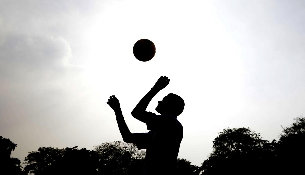 Siluet seorang anak didik menyundul bola saat mengikuti pelatihan bersama Rahmad Darwaman di Lembaga Pemasyarakatan Anak Tangerang, Banten, Senin (26/8). Latihan ini dalam rangka rencana pembuatan film. (Bola.com/Vitalis Yogi Trisna)