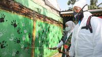 Menaker Ida dalam kegiatan program padat karya penyemprotan disinfektan di Kelurahan Bangka, Kecamatan Mampang Prapatan, Jakarta Selatan (12/6).