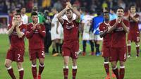 Para pemain Liverpool menyapa suporter usai melawan Sevilla pada laga Liga Champions di Stadion Ramon Sanchez Pizjuan, Sevilla, Selasa (21/11/2017). Kedua klub bermain imbang 3-3. (AP/Miguel Morenatti)