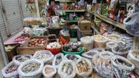 Warga mencari kebutuhan pokok di PD Pasar Jaya Gondangdia, di Jakarta, Jumat (19/1). Kementerian Perdagangan mengejar target program revitalisasi 5.000 pasar yang diperkirakan rampung pada 2019. (Liputan6.com/Angga Yuniar)