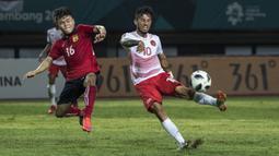 Penyerang Indonesia, Stefano Lilipaly, melepaskan tendangan saat melawan Laos pada laga Asian Games di Stadion Patriot, Jawa Barat, Jumat (17/8/2018). (Bola.com/Vitalis Yogi Trisna)