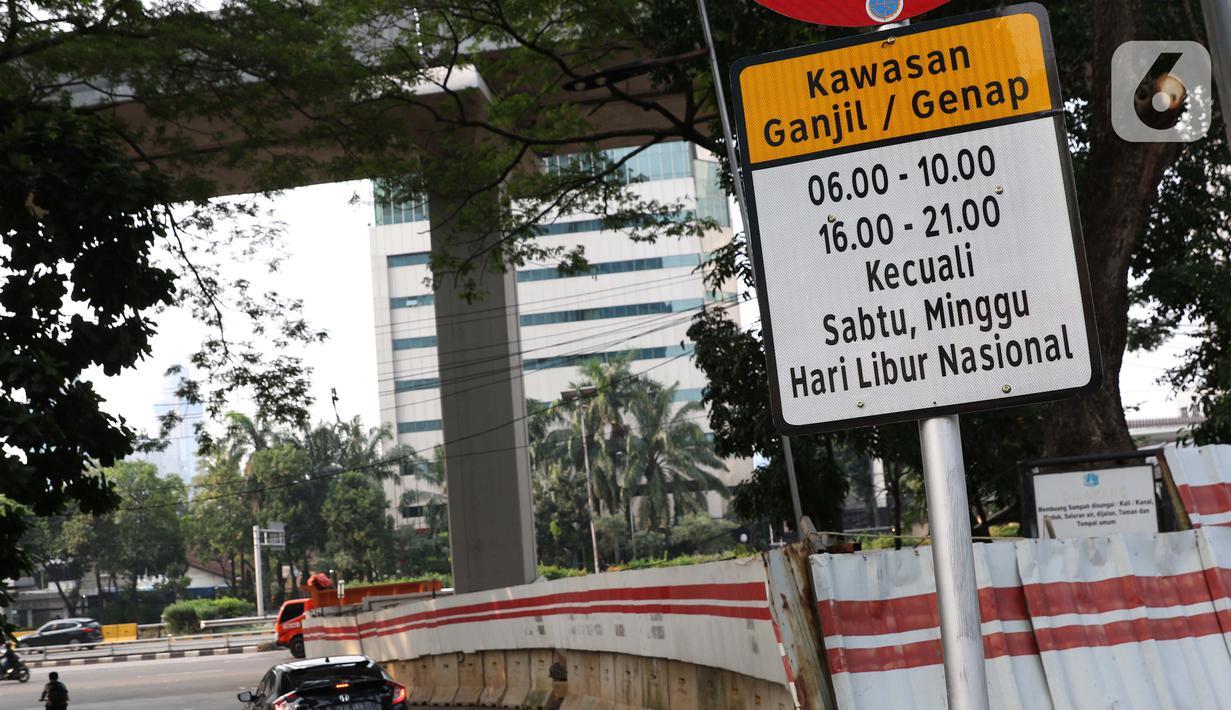 Pengendara memasuki kawasan aturan ganjil-genap, Jalan Gatot Subroto, Jakarta, Sabtu (6/6/2020). Pemprov DKI Jakarta mengeluarkan Pergub nomor 51 Tahun 2020 yang didalamnya mengatur pembatasan kendaraan dengan rekayasa ganjil-genap untuk sepeda motor dan mobil. (Liputan6.com/Helmi Fithriansyah)
