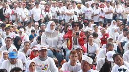 Massa pendukung paslon nomor urut 01 menggelar nonton bareng Konser Putih Bersatu di luar Stadion GBK, Jakarta, Sabtu (13/4). Tingginya antusiasme warga menghadiri kampanye akbar Jokowi-Ma'ruf Amin membuat SUGBK penuh hingga warga terpaksa menonton dari luar stadion. (Liputan6.com/Immanuel Antonius)