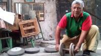 Kardi, pemilik Gorilla Power Gym memamerkan peralatan fitness miliknya, Semarang, Kamis (19/7). (Tunggul Kumoro/JawaPos.com)