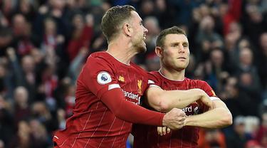 Gelandang Liverpool, James Milner, merayakan gol yang dicetaknya ke gawang Leicester pada laga Premier League di Stadion Anfield, Liverpool, Sabtu (5/10). Liverpool menang 2-1 atas Leicester. (AFP/Paul Ellis)