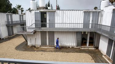 Suasana zona karantina di perbatasan Rafah dengan Mesir di Jalur Gaza, Palestina, Minggu (16/2/2020). Kementerian Kesehatan Palestina membangun zona karantina sebagai upaya untuk mengantisipasi wabah virus corona atau COVID-19. (SAID KHATIB/AFP)