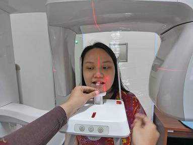 Pasien sedang melakukan pemeriksaan untuk mendapatkan gambaran gigi dengan panoramic di RS EMC Sentul, Jawa Barat, Sabtu (21/4). RS EMC memiliki alat pemeriksaan diagnaostic yang canggih dan kamar kualitas yang terbaik. (Liputan6.com/Herman Zakharia)