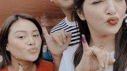 Pamer jari kena tinta juga ditunjukkan oleh Azriel Hermansyah. Cowok kelahiran tahun 2000 ini ikut mencoblos bareng dengan Aurel dan Ashanty. (Instagram/@azriel_hermansyah)