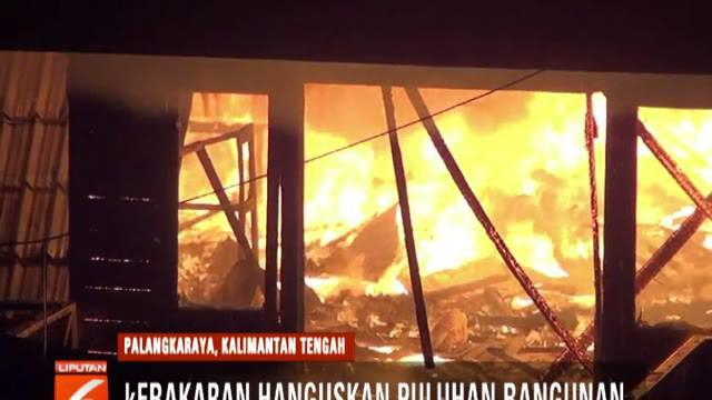 Petugas dibantu warga sempat kewalahan memadamkan kobaran api. Namun, setelah berjibaku dari darat dan sungai, kebakaran berhasil dipadamkan dalam waktu satu jam.