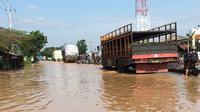 Banjir menggenangi jalan pantura di sepanjang Desa Astanamukti Kecamatan Pangenan hingga perempatan pintu keluar Tol Kanci. (Liputan6.com/Panji Prayitno)