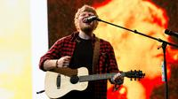 Ekspresi penyanyi Ed Sheeran saat menghibur penonton di Festival Glastonbury di Worthy Farm, di Somerset, Inggris (25/6). Festival akbar tersebut digelar pada 21 sampai 25 Juni 2016. (Photo by Grant Pollard/Invision/AP)