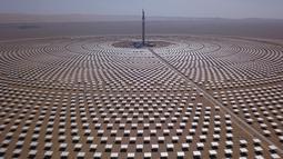 Pemandangan pembangkit listrik tenaga surya di Dunhuang, Provinsi Gansu, China, Minggu (2/9). Pembangkit listrik tenaga surya ini mulai beroperasi sejak tahun 2010. (STR/AFP)