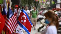 Replika bendera AS dan Korea Utara dijual di sebuah toko di Hanoi, Vietnam, jelang pertemuan kedua antara Donald Trump dan Kim Jong-un (AP/Hau Dinh)