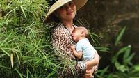 Chrissy saat belajar gendong bayi. (instagram.com/Chrissy Teigen)