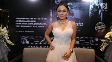 Penyanyi Yuni Shara berpose untuk difoto saat peluncuran buku bertajuk Waktu Terbaik adalah Saat Ini di Kawasan Kemang, Jakarta, Rabu (27/9). Penyanyi berusia 45 tahun ini tampil anggun mengenakan pakaian serba putih. (Liputan6.com/Herman Zakharia)