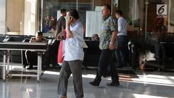 Anggota Komisi VI DPR RI, Mohamad Hekal (belakang) bersiap keluar dari gedung KPK, Jakarta, Rabu (19/6/2019). M Hekal diperiksa sebagai saksi kasus suap kerja sama di bidang pelayaran PT Humpuss Transportasi Kimia (HTK) dengan PT Pupuk Indonesia Logistik (PILOG). (Liputan6.com/Helmi Fithriansyah)
