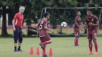 Pelatih Persija Jakarta, Ivan Kolev, mengamati para pemain saat latihan di Lapangan Sutasoma, Jakarta, Rabu (16/1). Ini merupakan latihan perdana yang dipimpin oleh Ivan Kolev. (Bola.com/Yoppy Renato)