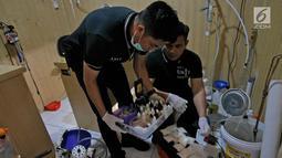Polisi menunjukkan barang bukti pembuatan narkotika di TKP pabrik sabu di Kalideres, Jakarta, Senin (24/6/2019). Pabrik pembuatan sabu tersebut sudah beroperasi sejak tahun 2018. (Liputan6.com/Herman Zakharia)