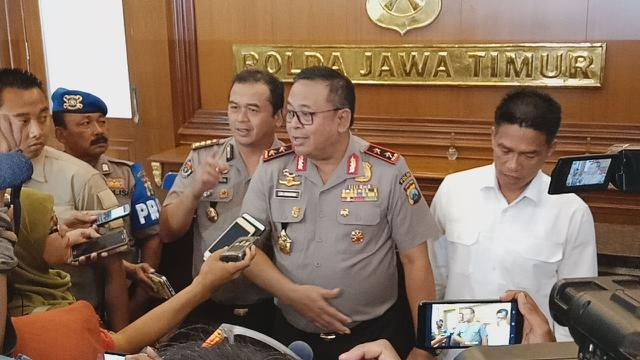 Subdit Crime Ditreskrimsus Polda Jatim terus mengembangkan kasus prostitusi online yang menjerat artis VA dan model AS.  (Liputan6.com/Dian Kurniawan)