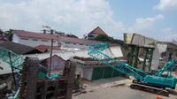 2 unit alat berat crane yang terjatuh saat mengangkat steel box (Liputan6.com / Nefri Inge)