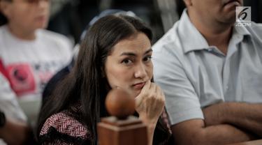 Ekspresi Atiqah Hasiholan saat menghadiri sidang putusan kasus dugaan penyebaran berita bohong atau hoaks dengan terdakwa Ratna Sarumpaet di PN Jakarta Selatan, Kamis (11/7/2019). Atiqah Hasiholan duduk tepat di belakang sang ibunda, Ratna Sarumpaet. (Liputan6.com/Faizal Fanani)