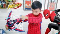Ziyan mengenakan kostum Spider-Man. (Foto: YouTube/Superduper Ziyan)