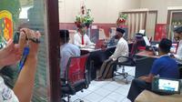Ketiga pelaku ketika diperiksa di Mapolres Tuban. (Liputan6.com/Ahmad Adirin)